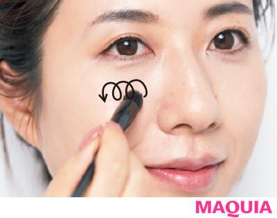 【長井かおりさんのメイクテク | アイシャドウ、チーク、リキッドファンデーションの使い方】磨く:大小ブラシを使い分けてフェイスパウダーの美肌膜を_2