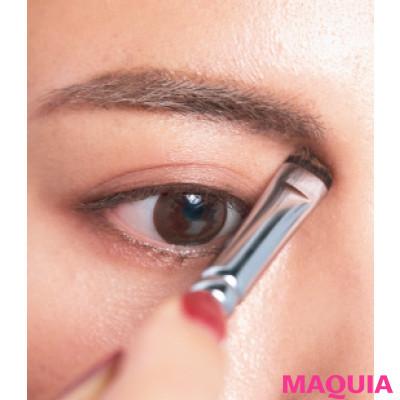【長井かおりさんのメイクテク | アイシャドウ、チーク、リキッドファンデーションの使い方】眉頭と鼻先には影を、小鼻脇には光を足す_3