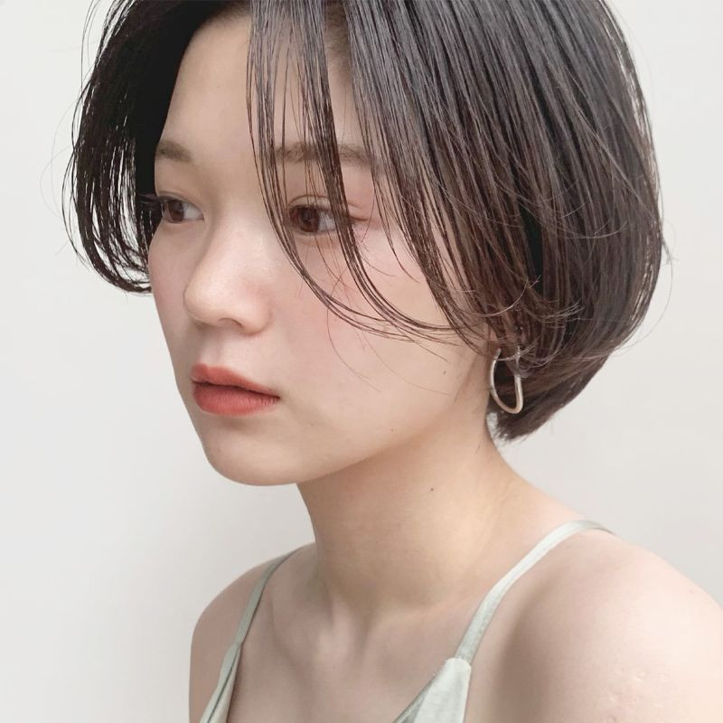 【2020年春夏におすすめのヘアスタイル】ショートヘア_ヘルシームードに色気がチラリ! 小顔見せ女っぽショートボブ_2