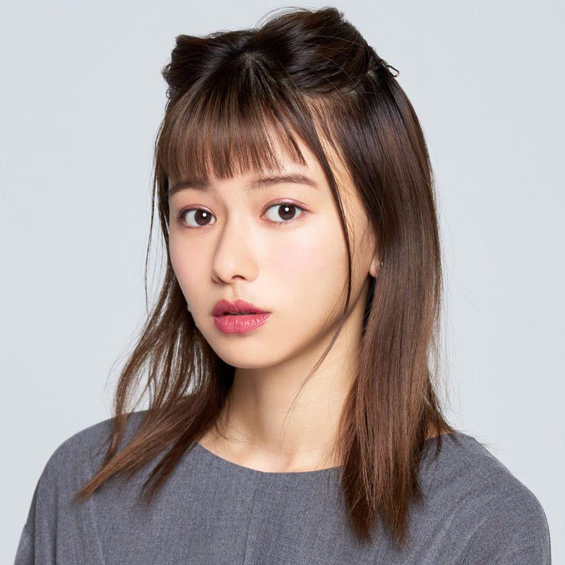 【ヘアカタログ | 髪型別・前髪ありのおすすめヘアアレンジまとめ】新生・三角ハーフアップ_2