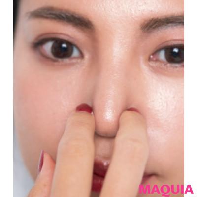 【長井かおりさんのメイクテク | アイシャドウ、チーク、リキッドファンデーションの使い方】眉頭と鼻先には影を、小鼻脇には光を足す_5