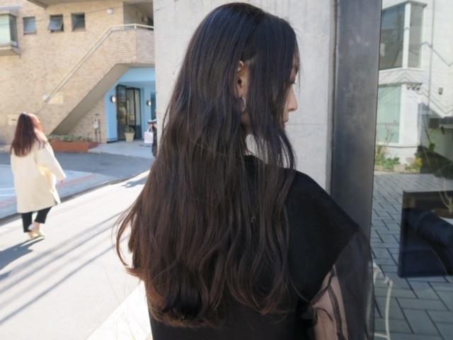 髪のオレンジや赤みを消して、綺麗な透明感ある髪色へ。